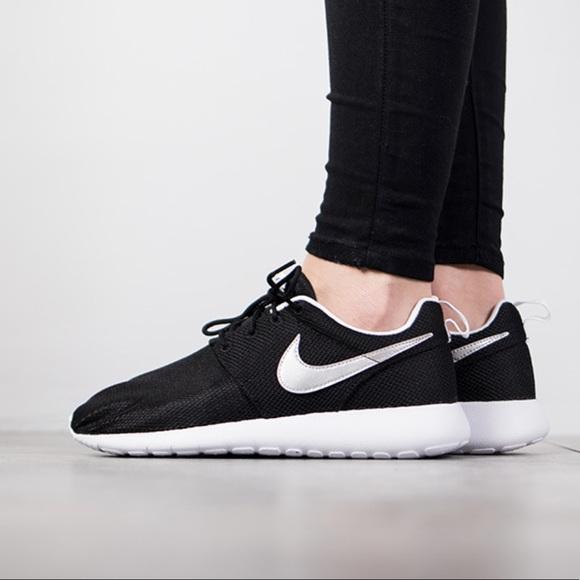 Nike roshe one women's running shoes black white NWT